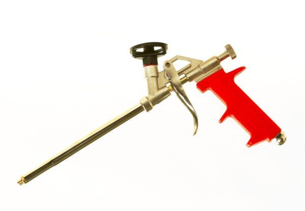 Пистолет должен быть с регулировкой подачи, чтобы было удобно заделывать и широкие, и узкие щели