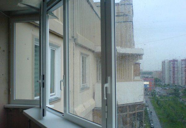 Распашные пластиковые окна на лоджии