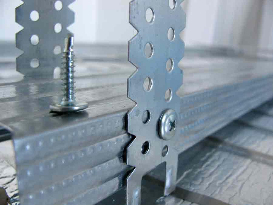 Деревянный или металлический профиль крепится к П-образному креплению мелким саморезом