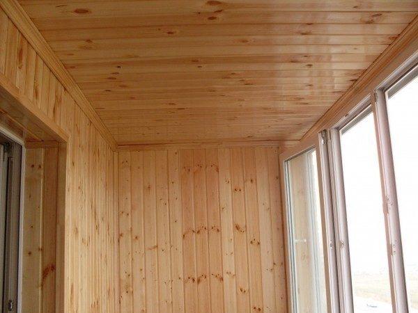 Плинтуса и уголки улучшают внешний вид балкона