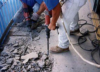 Удалить старую стяжку можно также при помощи отбойного молотка
