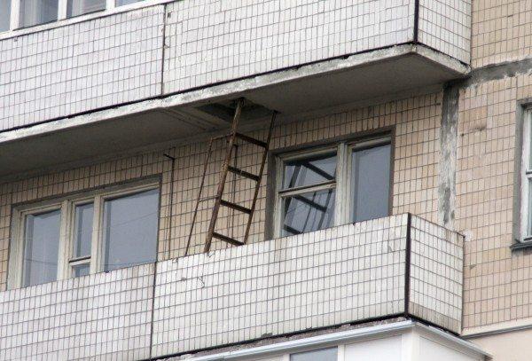 Панельный дом с пожарной лестницей на балконе