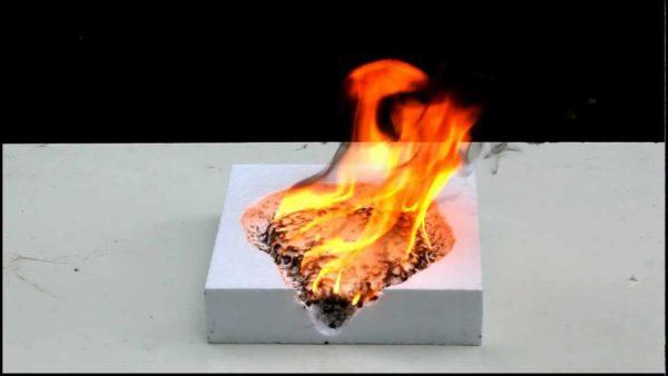 При длительном воздействии высоких температур пенополистирол плавится и горит.