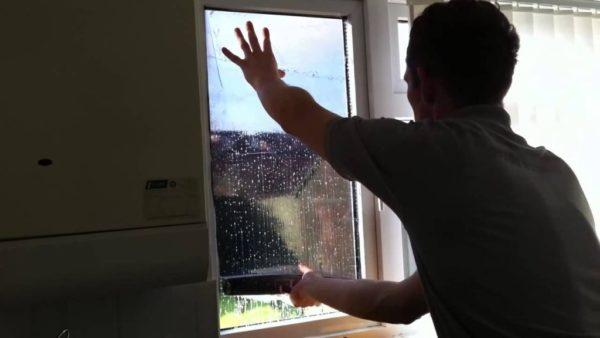 При наклеивании материала окно частично затеняется — имейте это в виду!