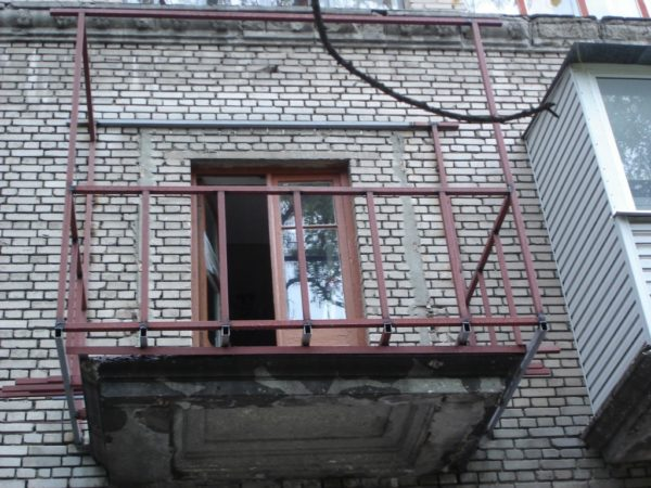 При установке дополнительного каркаса можно увеличить площадь балкона — главное, чтобы несущая способность позволяла