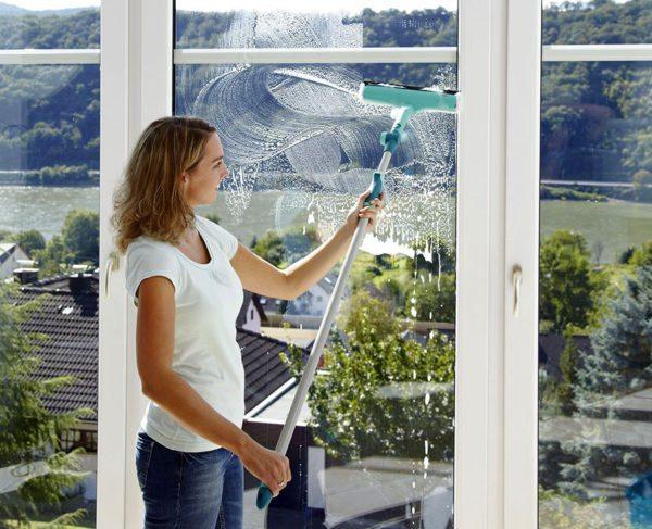 Промыть стекло удобно специальной шваброй