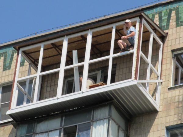 Работа без страховки и с явным нарушением техники безопасности, как на этом фото, — не лучшее решение