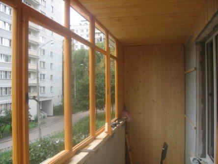 Остекление балкона с помощью деревянных рам