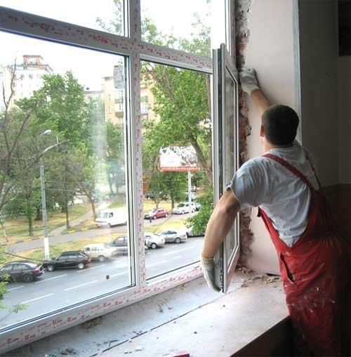 Окно должно быть установлено так, чтобы распорные клинья не торчали из-под профилей рамы