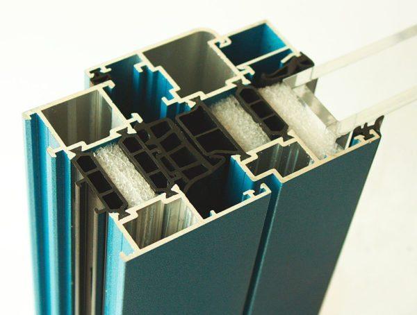 Решая, как утеплить рамы, обратите внимание на алюминиевый профиль с теплоизоляционными вставками