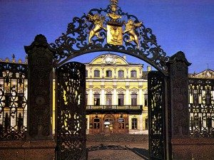 Фамильный герб Шереметьевых на кованой решётке ворот