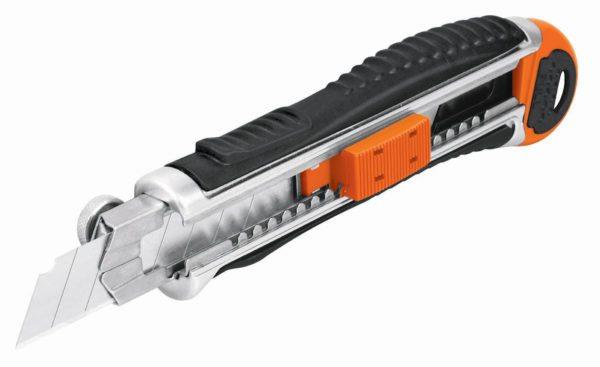 Резать пленку удобнее всего строительным ножом