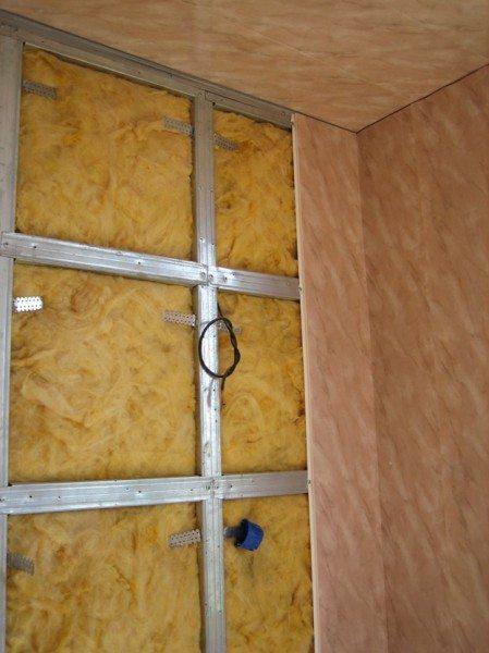 его начать утепление лоджии, когда она будет отделываться панелями ПВХ-МДФ или гипсокартоном зависит от того, насколько глубоким вы можете позволить сделать каркас для облицовочных панелей. Если профили оказываются почти вплотную к черновой поверхности потолка или стены, то утеплитель (обычно это минвата или пенопласт 15-й плотности) укладывают в промежуток между этими профилями, подсовывая его по мере возможности под них. Когда <a href=