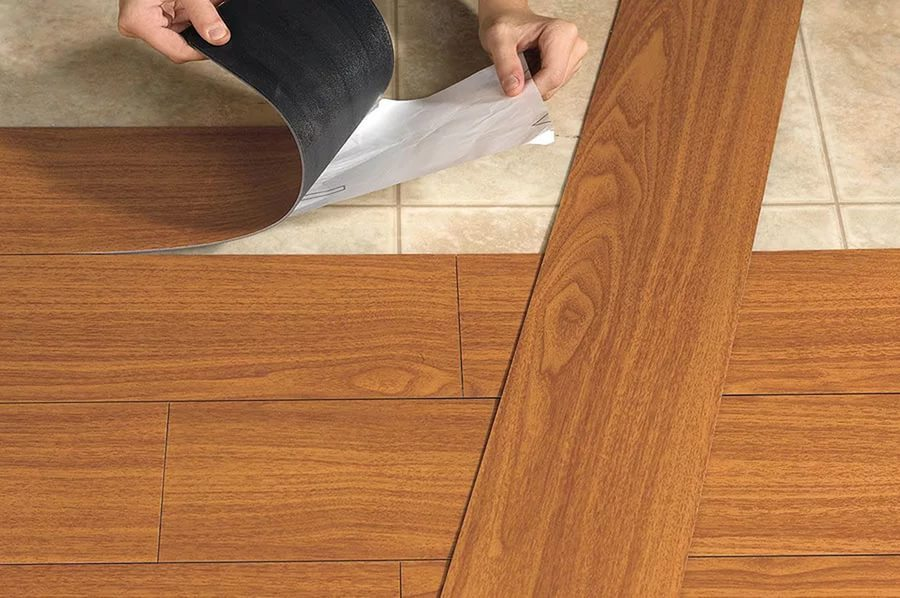 Самоклеящаяся плитка имеет клеевой слой с тыльной стороны