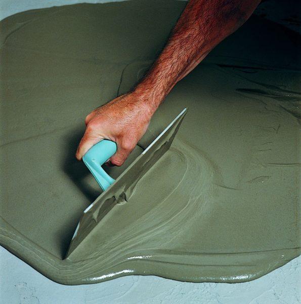 Самонивелирующийся состав позволяет быстро и качественно выровнять пол под укладку плитки