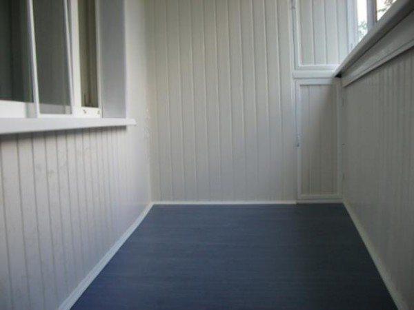 Сайдинг в качестве отделки окна на балконе
