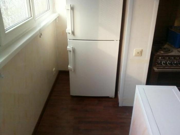 Холодильник в нише совмещенной кухни с лоджией