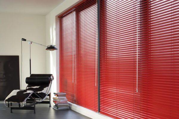Современные дизайнеры часто используют изделия яркого цвета как основной акцент в интерьере