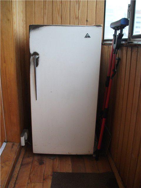старый холодильник для хранения консервации на балконе