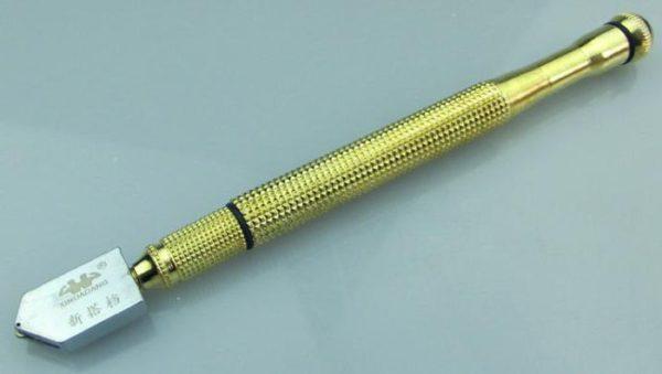 Стеклорез позволяет быстро и качественно резать стекло при изготовлении полки