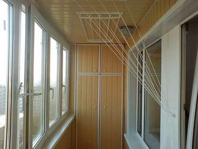 Внешний вид новых балконных сушилок стилизован под определенное направление интерьера и радует глаз, не вызывая дисгармонии в дизайне