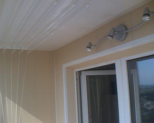Типовой светильник на застекленном балконе