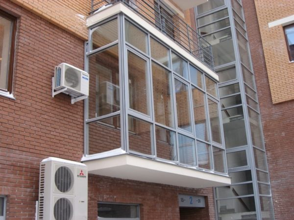 Такие балконы, как на этом фото, смотрятся выигрышно почти в любом экстерьере