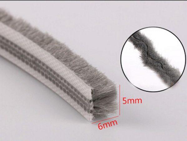 Такие щетки устанавливают по периметру: они не только перекрывают зазор, но и собирают значительное количество пыли