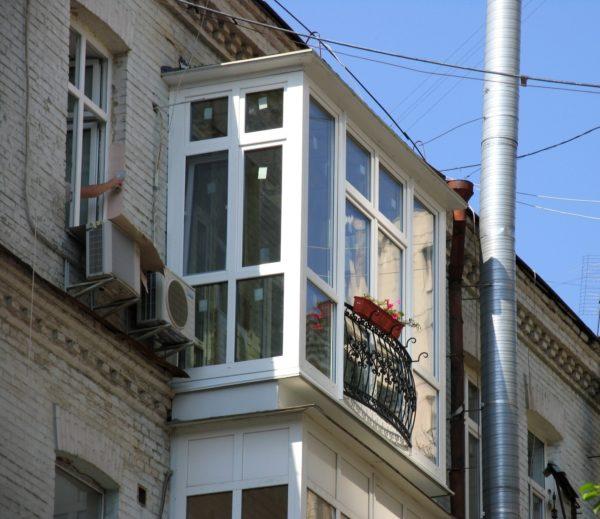 Такое сооружение смотрится органично и не портит фасад