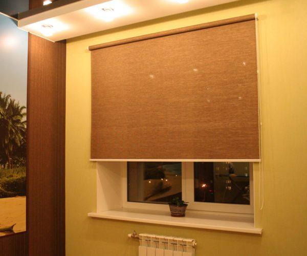Тканевые изделия могут иметь разную ширину, поэтому подобрать оптимальный вариант под окно не составит большого труда
