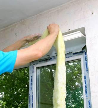 Утепление откоса стекловатой – отличный ход в борьбе с конденсатом.