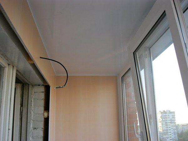 Потолок отделан глянцевыми панелями ПВХ