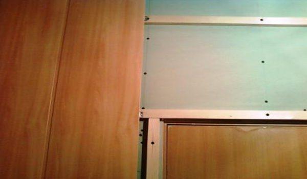 В местах проемов надо вырезать панель, чтобы не было лишних стыков