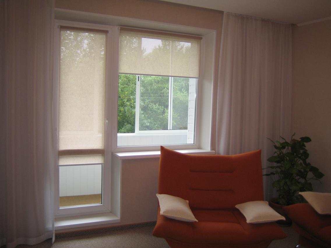в столовой, спальне или гостиной для большего уюта рулонные шторы можно совместить с другими шторами или портьерами