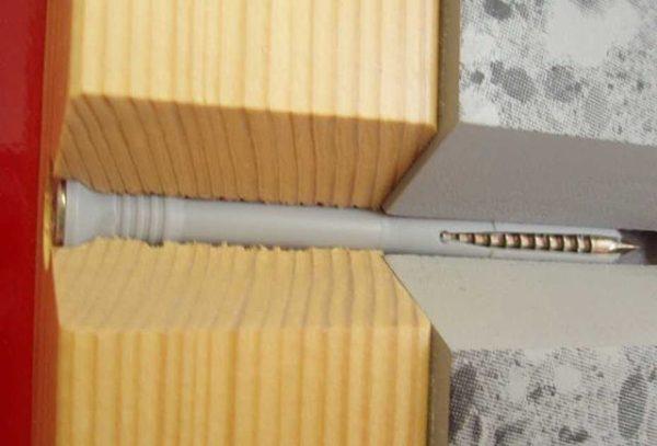 Вот так выглядит крепеж в разрезе, дюбель нужно слегка утапливать в поверхность, чтобы он не мешал вагонке