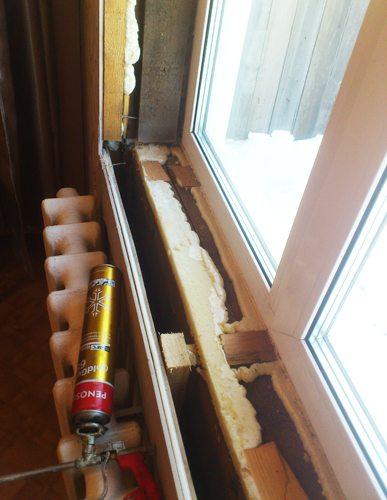 Все швы и щели необходимо заделать пеной и установить подоконник