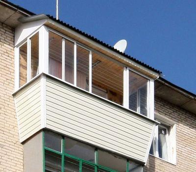 Всё очень гармонично и конструктивно выдержано – надёжная крыша с черепицей, закрытые перекрытия внутри, пластиковая выдвижная конструкция окон и аккуратный, уважающий соседей внешний вид
