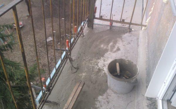 Выполнение ремонта с использованием цементного раствора позволяет устранить небольшие трещины
