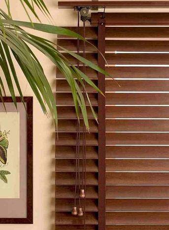 Горизонтальные жалюзи на пластиковые окна на лоджию – гармония цвета